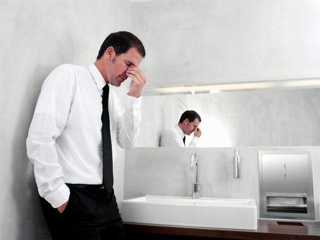 Печіння внизу живота (паху) у чоловіків: причини печіння в інтимній зоні