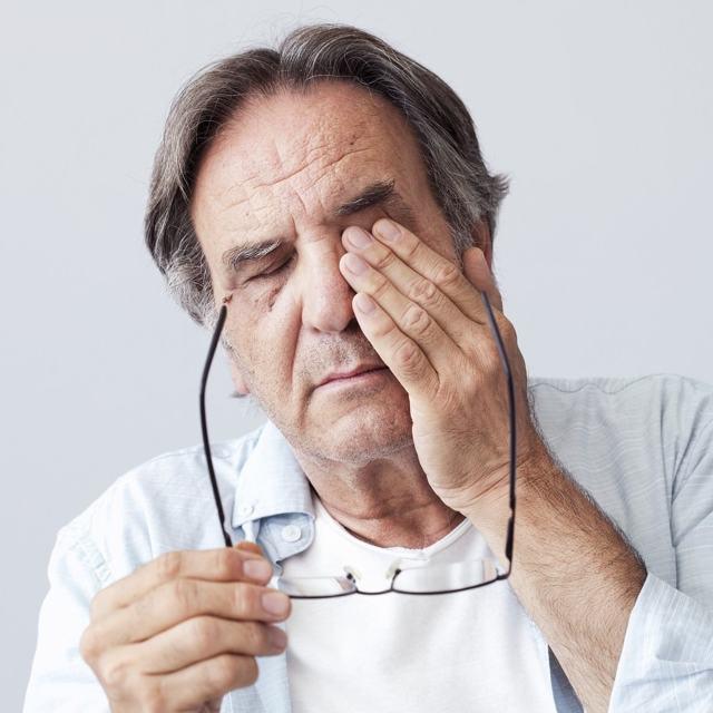 Що робити, якщо опухло верхню повіку ока: причини набряку, ніж лікувати припухлість